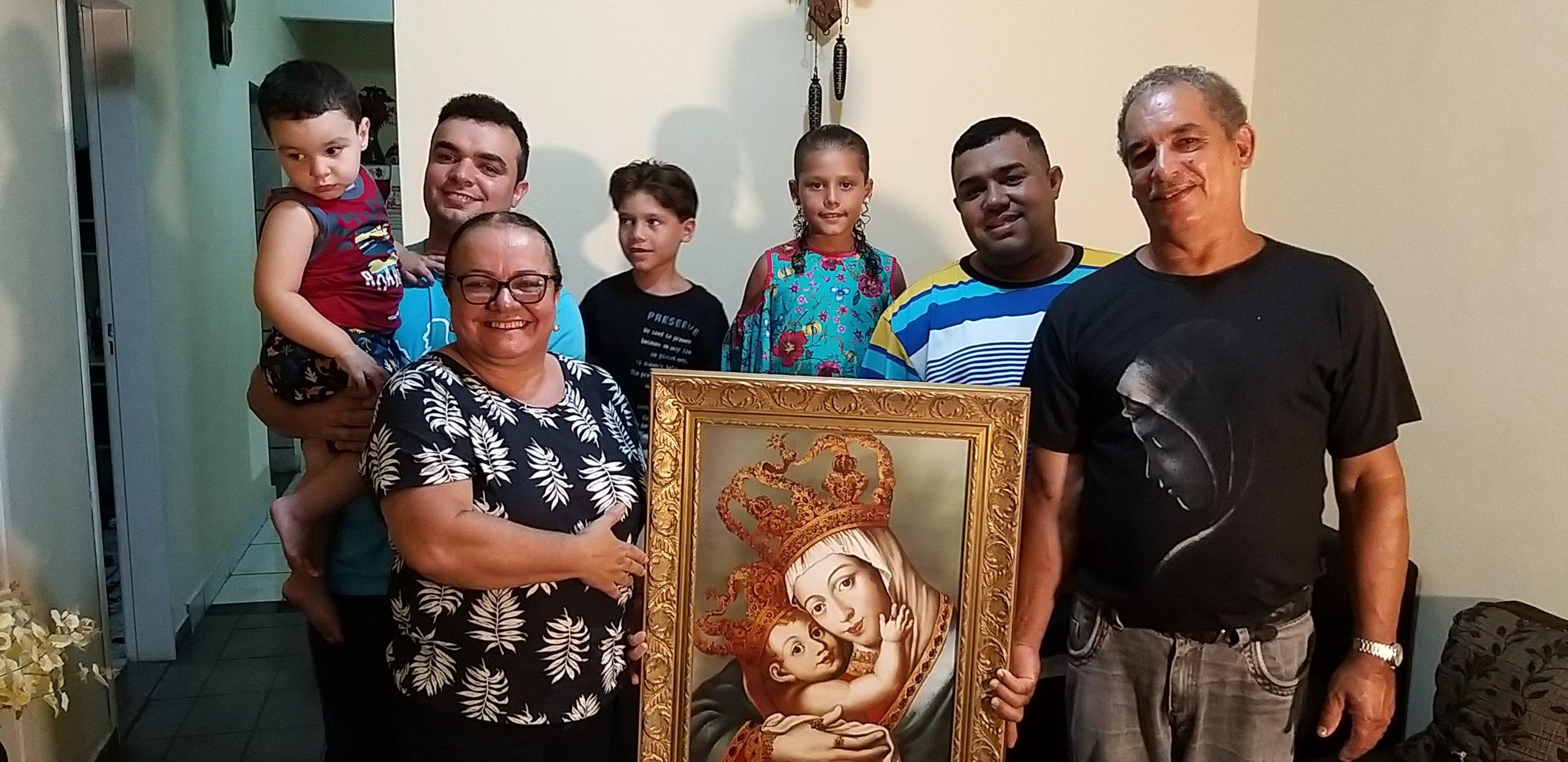 Família reunida para rezar é sinal da presença de Deus