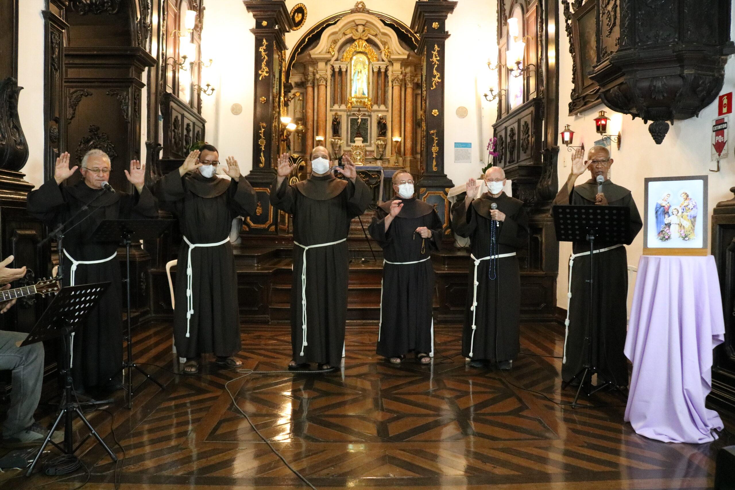 Hoje tem Terço das Famílias com os Freis do Convento